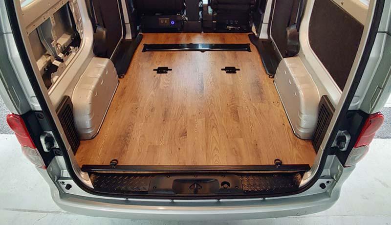 荷室全面を本格的に床張り加工
