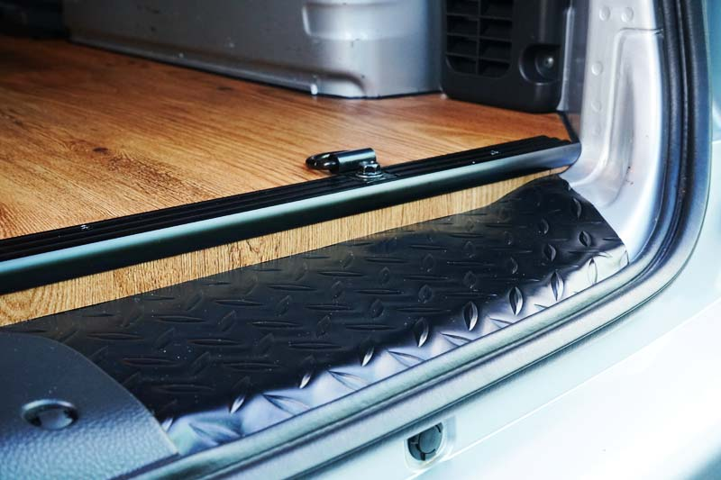 NV200 床張り 木口の処理