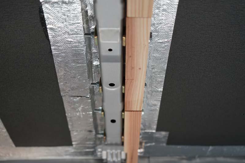 車の天井に羽目板取り付け用の下地