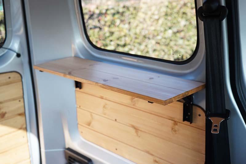 車内に折りたたみテーブルをDIYして取り付け