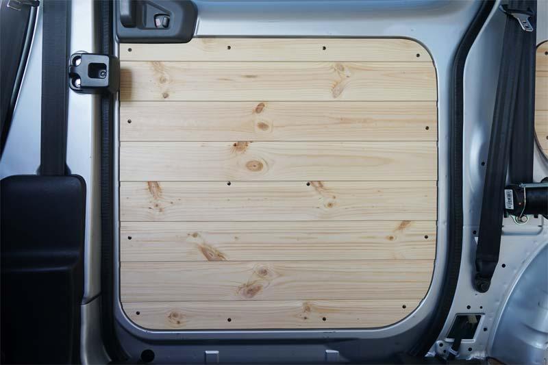 車のスライドドアに羽目板を取り付け