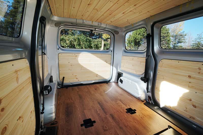車のスライドドア、テールゲートのトリムパネルを羽目板で板張り