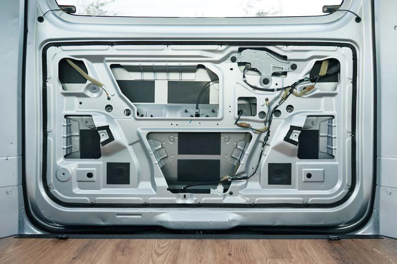 NV200 バックドアに制振材施工