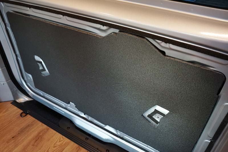 NV200 バックドアに断熱材施工