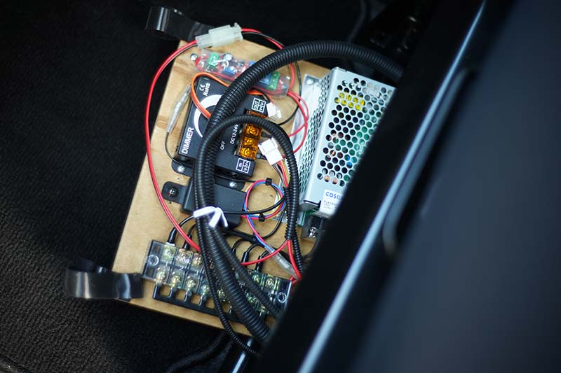 助手席の下にまとめた電源関係の部品