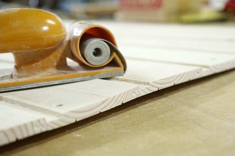 羽目板の塗装前のやすりがけ