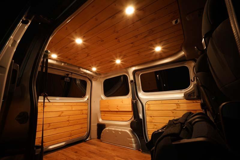 調光付きLEDダウンライトを板張りした車の天井に取り付け