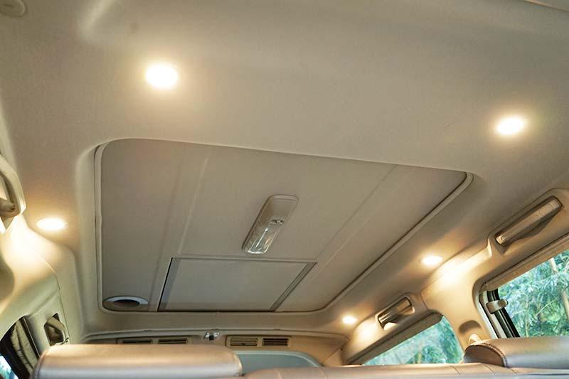 車の天井にLEDダウンライトを取り付け