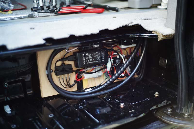 スライドドアのステップにまとめた電源関係の部品