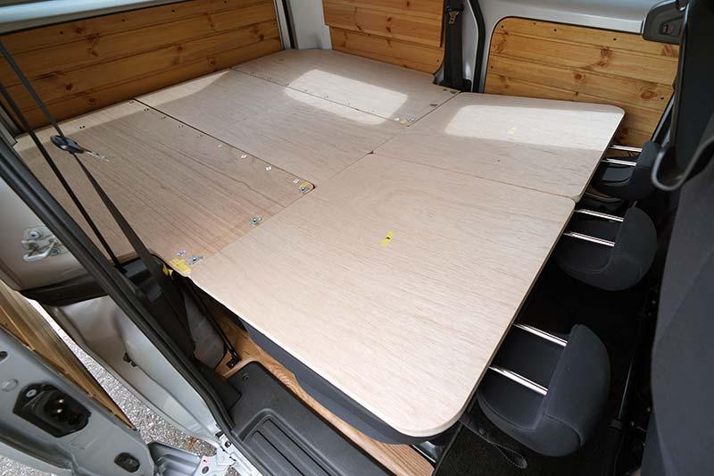 NV200 【車中泊ベッドDIY】テーブルとしても使えて、コンパクトに収納できるベッド