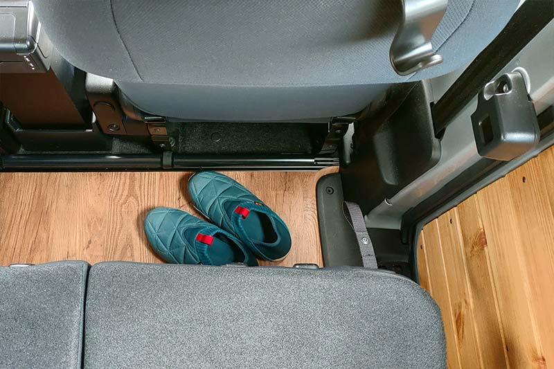 NV200 車中泊ベッドDIY セカンドシートの足下は荷物置き場として